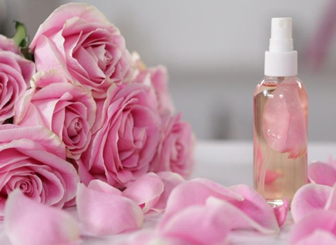فوائد-ماء-الورد-للوجه-مع-النشا